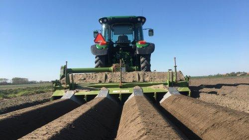 Foto van een John Deere 6100RC  Bedden  frezen. Geplaatst door Cornevdwekken op 14-05-2020 om 22:14:51, op TractorFan.nl - de nummer 1 tractor foto website.