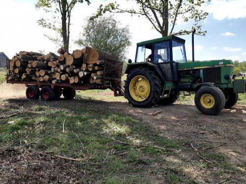 Foto van een John Deere 3040  Met een mooie vracht hout weer naar huis. Geplaatst door jim353 op 15-05-2020 om 17:29:21, op TractorFan.nl - de nummer 1 tractor foto website.