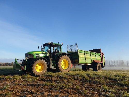 Hier zie je A.j. Looman & Zn. (Zelhem) × met een John Deere 7530 Premium.. Geplaatst door Deere Hunter op 26-05-2020 om 19:38:12, op TractorFan.nl - de nummer 1 tractor foto website.