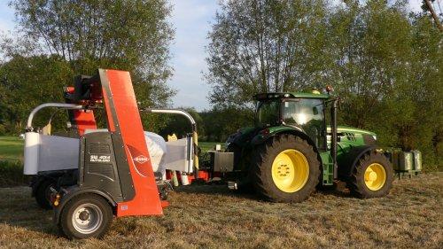 Loon - en grondwerken Moulaert uit Ranst wikkelen met hun John Deere 6150 R en nieuwe Kuhn wikkelmachine