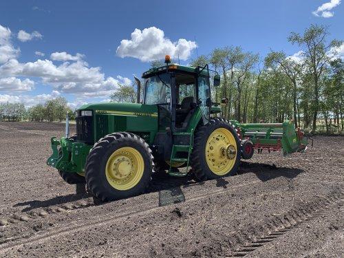 Foto van een John Deere 7810 aardappels aanaarden op nu officieel mijn farm.. Geplaatst door dave 7810 op 04-06-2020 om 03:50:25, met 12 reacties.