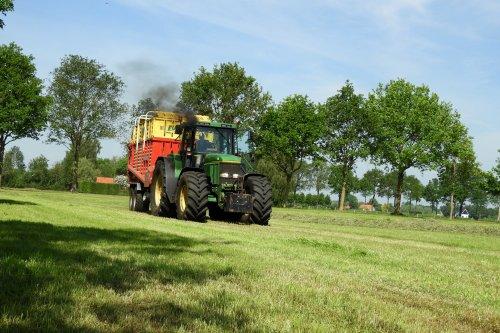 Gras inkuilen door Melkveebedrijf Dijsselhof  https://youtu.be/a4cF6VgRlAc. Geplaatst door pekkerietfan op 23-06-2020 om 19:18:59, op TractorFan.nl - de nummer 1 tractor foto website.
