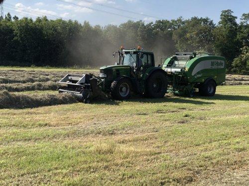 Foto van een John Deere 6630 Premium hier heb je Rasenberg landbouw met frontsnij inrichting en mchale ronde balen pers