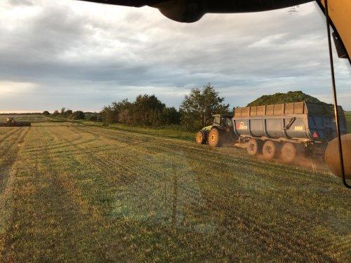 Foto van een John Deere 8295R. Geplaatst door catfan55 op 04-07-2020 om 18:19:48, op TractorFan.nl - de nummer 1 tractor foto website.