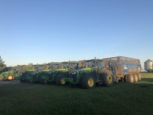 Foto van een John Deere Meerdere, 2x 8295R, 8320R en 7250R alle 4 met Penta DB 50 kieper en een 7820 met H&S merger / band hark, geparkeerd voor de zondagsrust, maandag weer verder choppen bij deze klant, nog zo'n 150 hectare te gaan