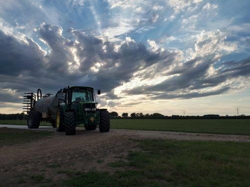 Foto van een John Deere 6230, de laatste kuubjes van het jaar alweer. Geplaatst door johndeere6230 op 20-08-2020 om 20:41:27, met 7 reacties.