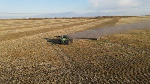 Foto van een John Deere 9630 met Elmers super 7 heavy harrow die erna het hele veld doet om al het stro te verdelen en het kaf in te kietelen zodat zaadjes kunnen kiemen voor de vorst aan
