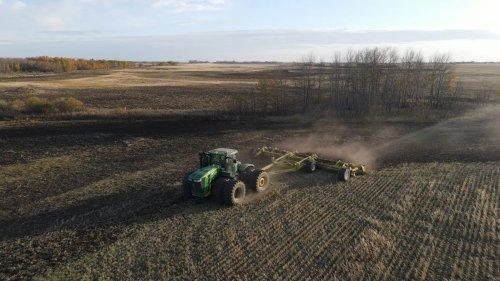 Foto van een John Deere 9510R met degelman protill 40, alle laagtes en randjes & kantjes bewerken. Geplaatst door catfan55 op 05-10-2020 om 15:46:25, op TractorFan.nl - de nummer 1 tractor foto website.
