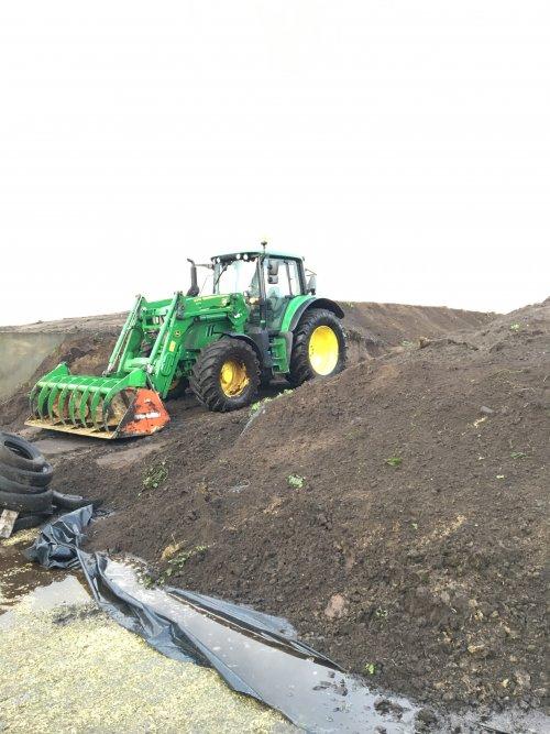 Foto van een John Deere 6120M Nog 4,5 ha en dan is alle mais weer klaar voor dit jaar.. Geplaatst door Fendt612e op 06-10-2020 om 18:15:50, met 3 reacties.