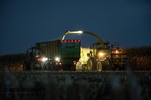 Maïs hakselen in de avond bij Loonbedrijf Dekker  Obed Borger Fotografie www.obedborger.nl. Geplaatst door Obed Borger op 06-10-2020 om 20:06:09, op TractorFan.nl - de nummer 1 tractor foto website.