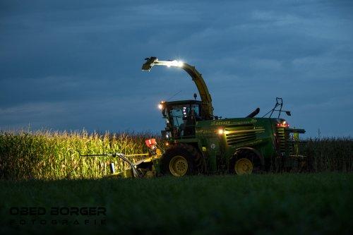 Maïs hakselen in de avond bij Loonbedrijf Dekker  Obed Borger Fotografie www.obedborger.nl. Geplaatst door Obed Borger op 06-10-2020 om 20:06:15, op TractorFan.nl - de nummer 1 tractor foto website.