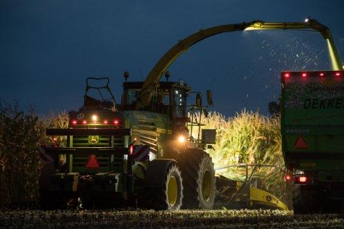 Maïs hakselen in de avond bij Loonbedrijf Dekker  Obed Borger Fotografie www.obedborger.nl. Geplaatst door Obed Borger op 06-10-2020 om 20:06:22, op TractorFan.nl - de nummer 1 tractor foto website.