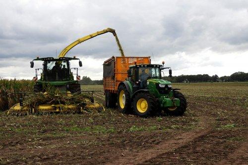 Broeze Nijverdal in de mais  https://youtu.be/jeCqQKqtFvI. Geplaatst door pekkerietfan op 25-10-2020 om 12:12:19, op TractorFan.nl - de nummer 1 tractor foto website.