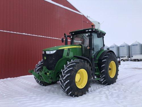 Foto van een John Deere 7250R, GPS globe er af, frontgewicht & wielgewichten er uit en even wat mooie foto's maken voor de rode schuur in de witte sneeuw, dan kan hij te koop. Deze gaat het bedrijf verlaten.