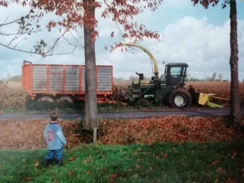 Hier zie je Hissink Hengelo (Hengelo Gld) × met een John Deere 5830. Foto uit 1998. Kreeg ik net toegestuurd door iemand die ondertussen in Oostenrijk woont. Op deze foto ben ik vermoedelijk bezig het tegenmes af te stellen, dit doe ik altijd meerdere keren per dag. Wagen is een Kaweco SW 140 met de wielen van een Kaweco dumper eronder. Hakselaar staat op 800R32 banden.