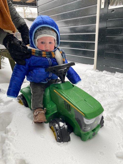 M'n kleinzoon voor het eerst in de sneeuw op z'n John Deere 6150R. Geplaatst door Henk 1120 op 07-02-2021 om 20:32:05, met 16 reacties.