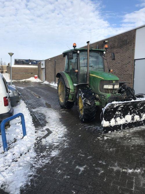 Foto van een John Deere 5820 Tractor. Geplaatst door stevenbruin op 14-02-2021 om 08:46:44, met 6 reacties.