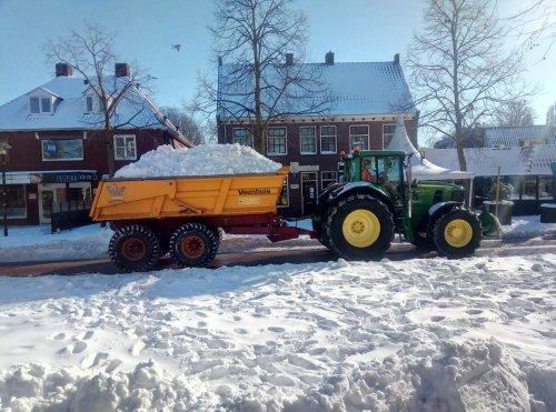 Hier zie je A.j. Looman & Zn met een John Deere 7530. Het marktplein in Zelhem sneeuwvrij maken!. Geplaatst door Deere Hunter op 16-02-2021 om 08:40:10, met 14 reacties.