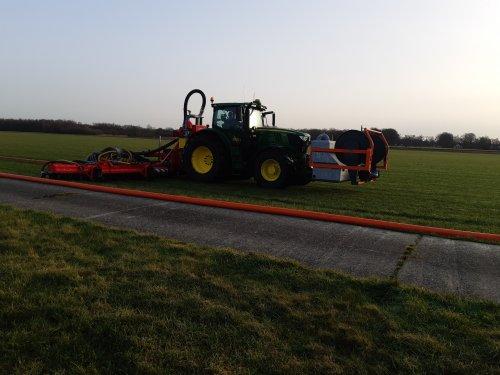 Foto van een John Deere 6175R schouten sleepslangbemester  Helft van de mest er weer op.. Geplaatst door cb6520 op 22-02-2021 om 18:28:41, op TractorFan.nl - de nummer 1 tractor foto website.