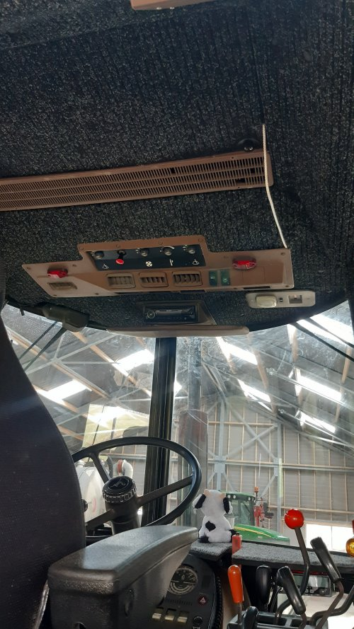 Foto van een John Deere 3040 cabine opnieuw bekleed en opgemaakt. Geplaatst door Johndeere3030 op 25-02-2021 om 14:12:48, met 4 reacties.
