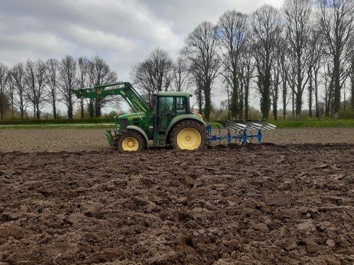 John Deere 6330. maisland ploegen.. Geplaatst door Bekkink op 30-04-2021 om 13:19:23, op TractorFan.nl - de nummer 1 tractor foto website.