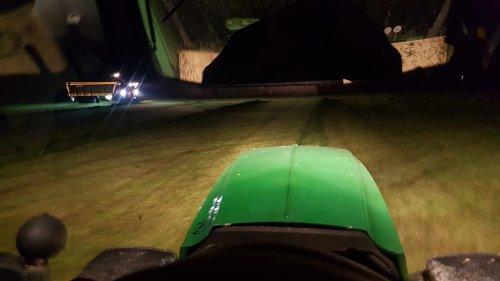 Foto van een John Deere 6210R van Meiland Azewijn (Azewijn) hulp er bij s'nachts om de laatste paar ha weg te halen. Helaas een bak water ingekregen