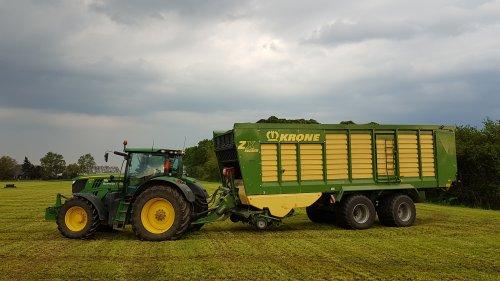 Foto van een John Deere 6210R van Meiland Azewijn (Azewijn) ×. Trekker op de knieën er voor maar toch 22 ton in de wagen kunnen pakken zonder spinazie te maken
