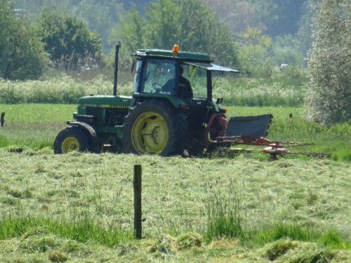 Foto van een John Deere 2040 S. Geplaatst door dickt op 30-05-2021 om 15:20:39, op TractorFan.nl - de nummer 1 tractor foto website.