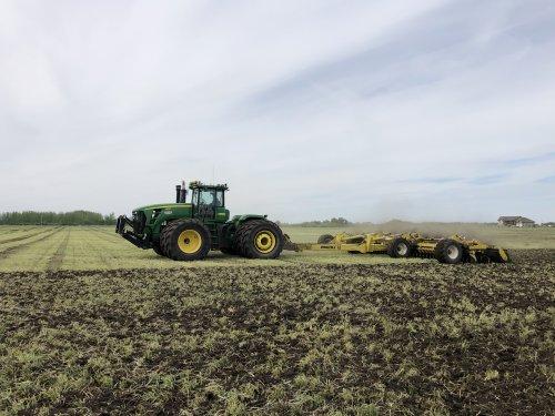 Foto van een John Deere 9630 met degelman pro till 40, na het sleepslangen de mest in werken (115m3/ha) zodat er maandag mais in gezaaid kan worden