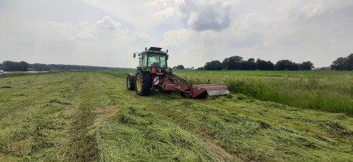 Foto van een John Deere 3350. Geplaatst door Thijs-4620 op 10-06-2021 om 17:36:29, op TractorFan.nl - de nummer 1 tractor foto website.