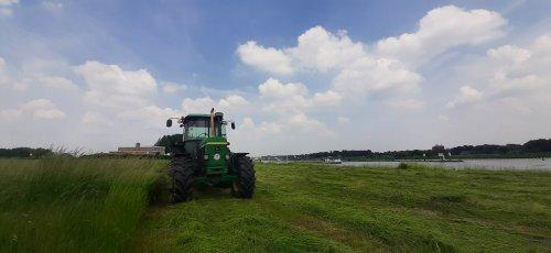 Foto van een John Deere 3350. Geplaatst door Thijs-4620 op 10-06-2021 om 17:36:31, op TractorFan.nl - de nummer 1 tractor foto website.