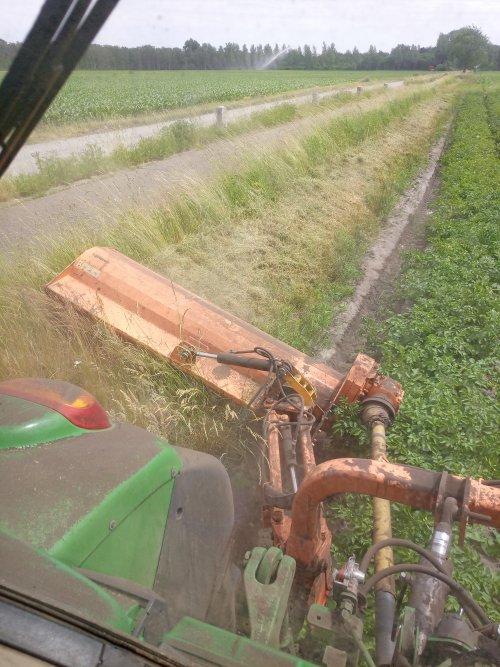Mooi werk, perceelsranden rond de aardappelen klepen. Geplaatst door eicher4048driver op 17-06-2021 om 21:58:56, op TractorFan.nl - de nummer 1 tractor foto website.