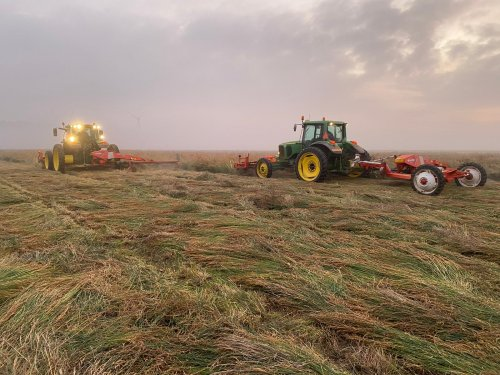 John Deere 6155 R en 6520 van loonbedrijf Dekker Zaamslag graszaad aan het maaien.Foto gemaakt door collega.