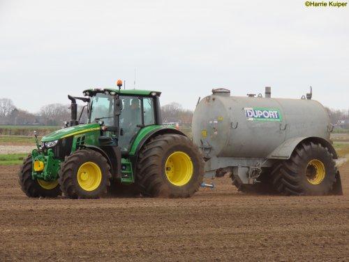 Landgoed Scholtenszathe (Klazienaveen-Noord) × op de foto met een John Deere 6120M bezig ingezaaide uien te voorzien van een laagje mest om verstuiven tegen te gaan.