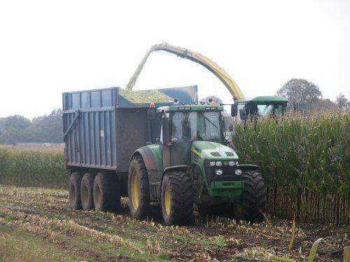 Loonbedrijf v/d Steeg aan het hakselen in Elspeet en krijgt hulp van boer met vette John Deere. Geplaatst door JohanNunspeetElspeet op 14-12-2006 om 08:19:10, met 8 reacties.