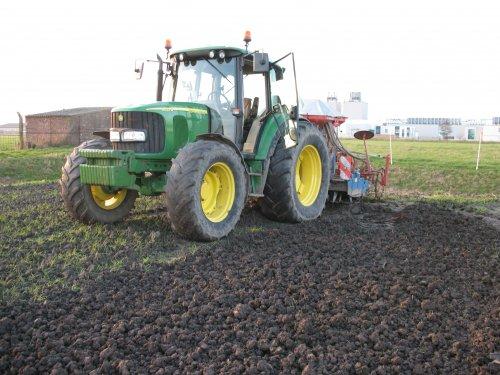 Foto van een John Deere 6420 S, bezig met zaaien.. Geplaatst door cees op 09-05-2010 om 15:56:02, op TractorFan.nl - de nummer 1 tractor foto website.