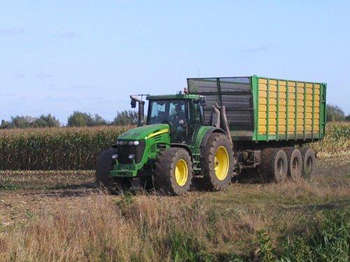 Foto van een John Deere Onbekend, bezig met maïs hakselen. loonbedrijf L. van amstel. Geplaatst door mf 35X driver op 25-05-2010 om 17:44:32, met 4 reacties.