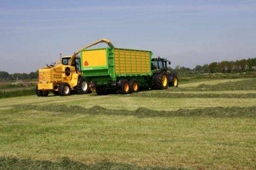 Foto van een John Deere 8270R, bezig met gras hakselen. Loonbedrijf Dekker!!. Geplaatst door frankie11 op 31-05-2010 om 23:11:44, op TractorFan.nl - de nummer 1 tractor foto website.