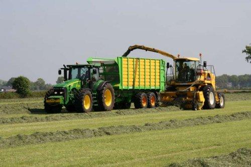 Foto van een John Deere 8270R, bezig met gras hakselen. Loonbedrijf Dekker!!!. Geplaatst door frankie11 op 31-05-2010 om 23:11:45, met 15 reacties.