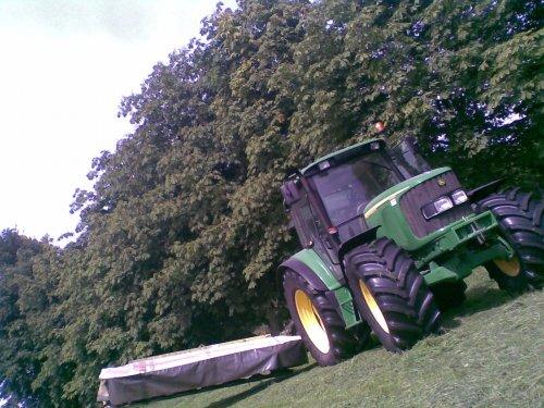 Foto van een John Deere 6320 SE, bezig met poseren.. Geplaatst door frankie11 op 23-06-2010 om 07:29:59, met 10 reacties.