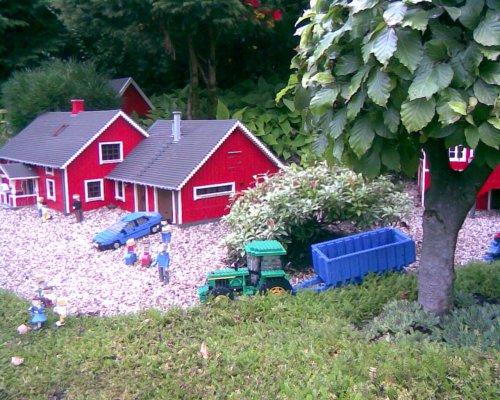 Foto van een John Deere 40 & 50 Serie van lego. Foto is gemaakt in Legoland, Billund, Denemarken. Geplaatst door walker1 op 01-08-2010 om 17:34:16, met 13 reacties.