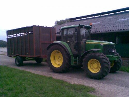 Foto van een John Deere 6320 SE, bezig met poseren. de JD met veekar. zaterdag fokveedag gehad!. Geplaatst door frankie11 op 16-08-2010 om 22:34:35, op TractorFan.nl - de nummer 1 tractor foto website.