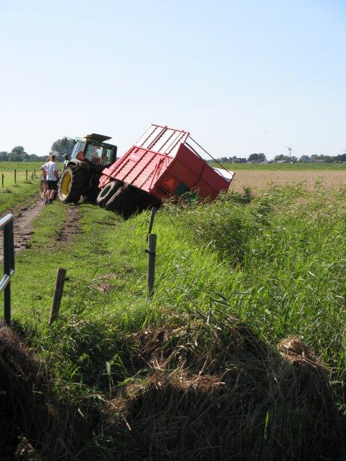 Foto van een John Deere 6510, bezig met vast zitten.. Geplaatst door the farmer op 08-09-2010 om 20:55:54, met 3 reacties.