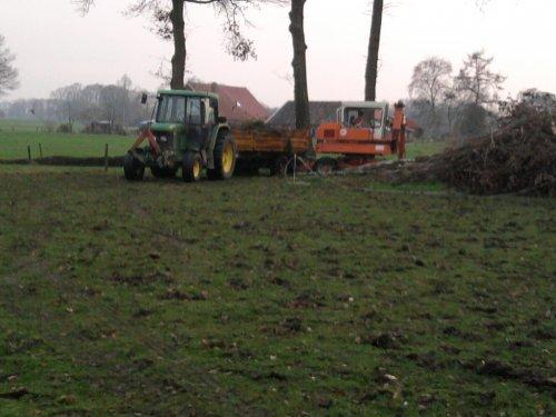Foto van een John Deere 6200 SE, bezig met dumperen.. Geplaatst door dion-6210 op 27-11-2010 om 20:29:37, op TractorFan.nl - de nummer 1 tractor foto website.