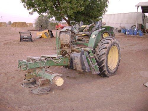 John Deere 6515, motor gaf de geest na 35000 draaiuren. de trekkers draaien 365 dagen per jaar gemiddeld 23 uren per dag. je gelooft je ogen gewoon niet.. en het is hier zomers hel op aarde 50 graden in de woestijn..