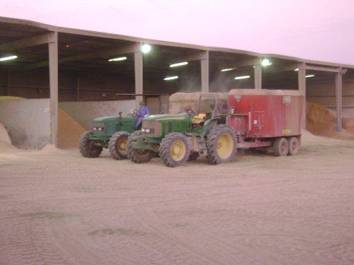 John Deere 6515, er draaien totaal 8 voermengwagens, en er komen nog 3 bij met 3 nieuwe jd 7930 trekkers er voor. totaal om 23 uren per dag 7000 koeien en 2500 stuks jongvee te voeren...