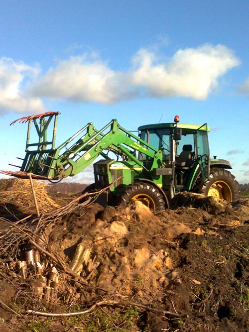 Foto van een John Deere 6010 Serie, bezig met snoeihout bij elkaar rijden.. Geplaatst door Toontje kemper op 20-01-2011 om 17:42:56, op TractorFan.nl - de nummer 1 tractor foto website.