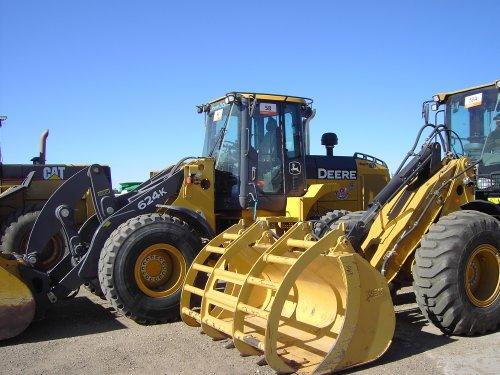 Foto van een John Deere Shovel, bezig met poseren.  Ritchie Bros. Edmonton. Geplaatst door giebel7920 op 29-01-2011 om 18:55:44, met 2 reacties.