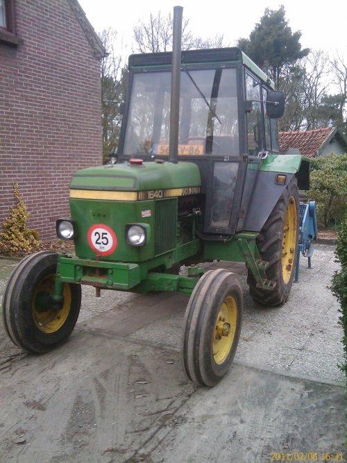 Foto van een John Deere 1640, bezig met ploegen / eggen.. Geplaatst door PaulJansen op 07-02-2011 om 23:56:36, op TractorFan.nl - de nummer 1 tractor foto website.