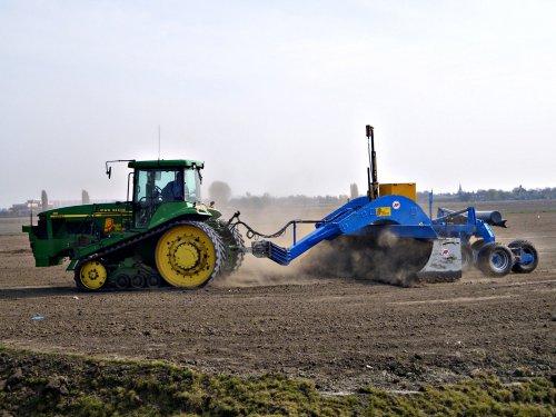 Foto van een John Deere 8410 T, bezig met kilveren. Loonbedrijf Van Diepen uit Spanbroek met een stoffende 7 meter AP kilverbak! meer? http://www.trekkertrekker.nl